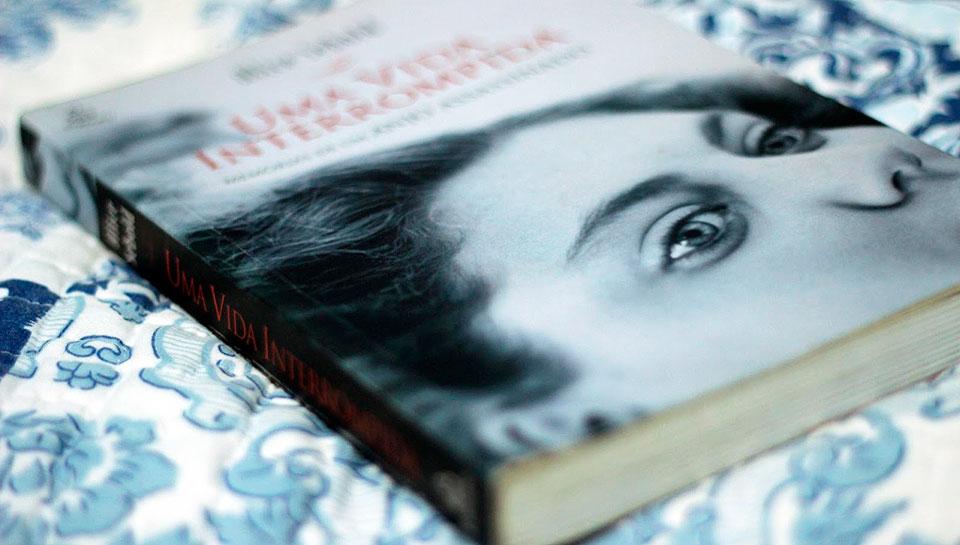 O livro Uma vida interrompida.